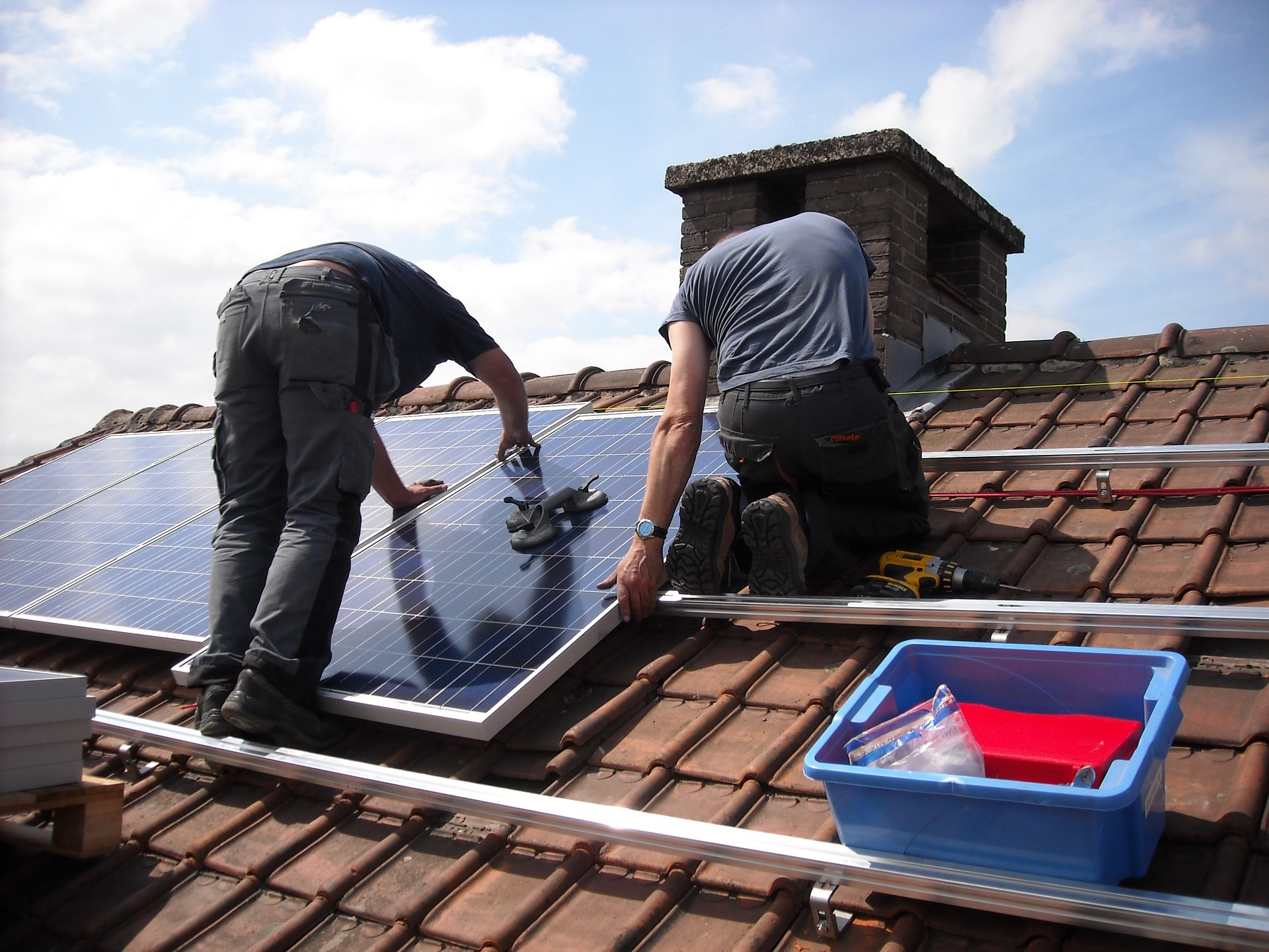 this image shows encinitas roofing pros solar roof installation